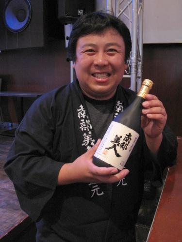 岩手を代表する銘酒「南部美人」の五代目久慈浩介さん。「南部美人 純米大吟醸」はなんとJAL国際線のファーストクラスで提供されている逸品中の逸品。